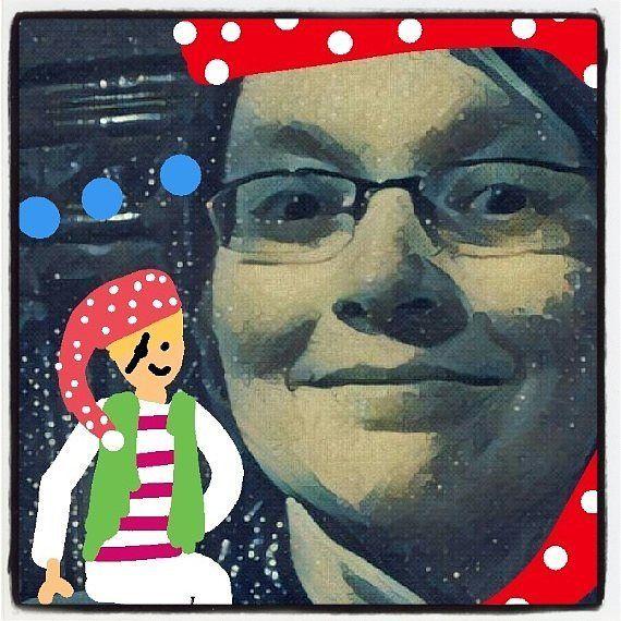 Tänään #merirosvotonttu pääsi tsemppaamaan mua #selfie'n otossa sillä se on päivän #fmskuvapäivässä-aihe. Vaikka #someasiantuntija olenkin selfiet eivät tunnu mun jutulta. Ehkä pitäisi siis haastaa itsensä ottamaan jatkossa #viikonselfie tai #kuukaudenselfie niin pääsisin tämänkin kynnyksen yli. Aika monta kynnystä olen jo somessa ylittänyt ja mennyt monelle #epämukavuusalue'elle. Onko sullakin (ollut) #selfiekammo? .. .. .. .. #fmspad #fms_selfie #fmsphotoaday #somepeli…