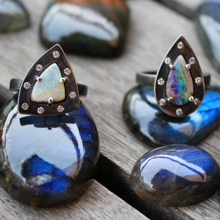 Anéis Rusty, em prata oxidada com acabamento rústico, diamantes e opalas.  Rings: Oxidized silver + diamonds + opals
