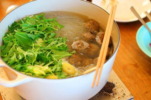 スープの味つけには、ビーガンなのでナンプラー(魚醤)の代りに「白たまり」が入っています。  白たまりは、今回の教室で多く登場しました。  愛知県のほうでは当たり前のように使われる調味料のようです。  大豆を入れずお醤油と同じ工程で作られる発酵調味料で、とても上品な味わいです
