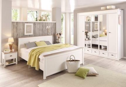 In diesem weißen Schlafzimmer wird der Landhausstil luftig und modern neu interpretiert.
