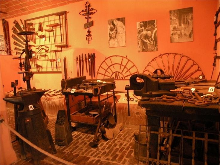 Raccolta di cimeli di vita di campagna primi anni 1900 - Ricostruzione di una officina di fabbro.