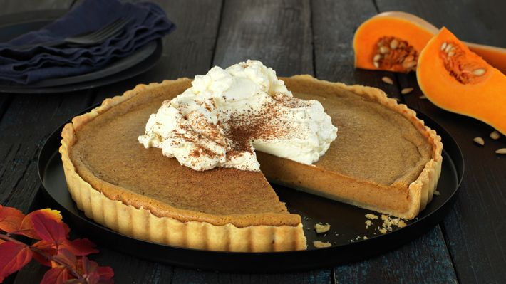 Pumpkin Pie på Thanksgiving er nesten like viktig som selve kalkunen for de fleste amerikanere. Gresskar er søtt og mildt i smaken, og krydret med aromatiske krydder som muskat, kanel og ingefær gjør den seg perfekt i et sprøtt paiskall som en søt avslutning på årets store kalkunmiddag.