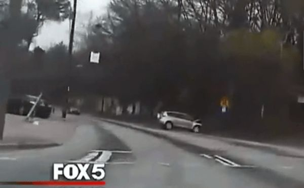 Atlanta, Ga. – An Atlanta police captain rescued a husband and wife who were being carjacked and forced to drive with a gun pointed to their heads on Friday. The captain said the wife secretly tipped him off that they needed help, reported Fox 5 Atlanta.   http://www.lawenforcementtoday.com/police-captain-received-cue-carjacking-victim/