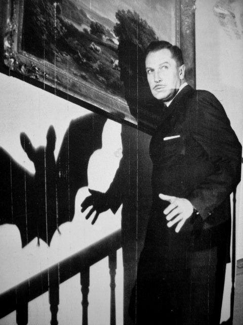 Aunque sencilla la idea, el efecto es grandioso: un humano que se refleja como vampiro. El guión y la mano del director hacen la magia.
