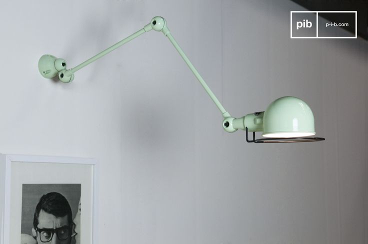 Deze prachtige zeegroene wandlamp zal de spiegel in je scandinavische badkamer perfect verlichten.