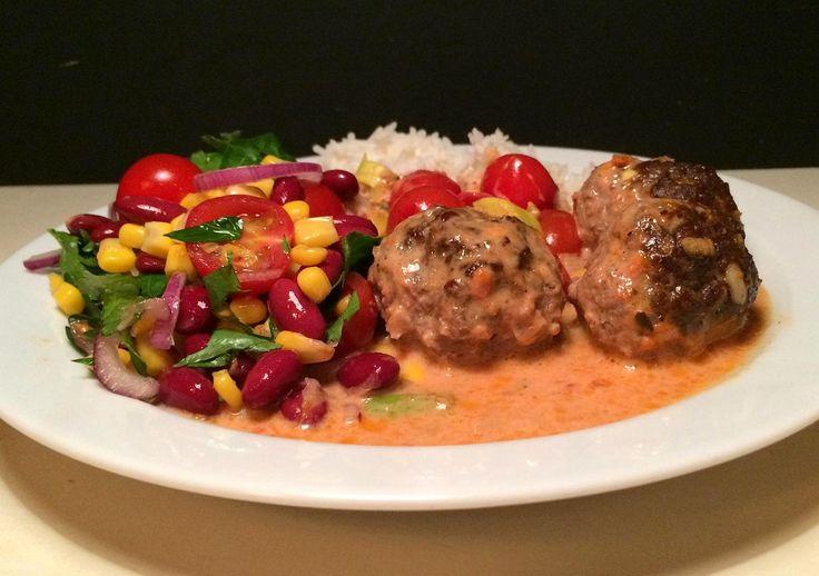 Krydrede oksekødboller i cremet tomatsovs, samt ris og salat med kidneybønner, majs og cherrytomater