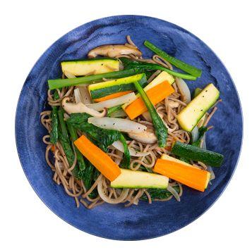 野菜の焼き蕎麦 蕎麦(市販の茹でてあるもの)   …1~2玉 好みの野菜   …適量 (今回使ったのは、ニンジン …1/3本、玉ねぎ…1/4個、ズッキーニ…1/2本、しいたけ…2個、小松菜…1/3束)   <A>   醤油 …少々  塩 …適量  こしょう …適量  オリーブ油  …大さじ1/2 (お好みでごま油を足してもよい) レモン  …適量(お好みで)