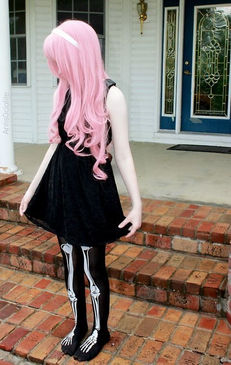 pastel goth style with skeleton tights <3 OMF SHE'S SO ADORABLE CAN I PLEASE BE HER!? ;-;