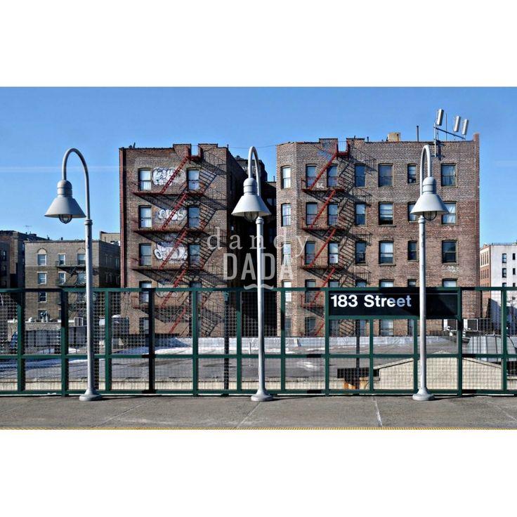"""183 Street di Piergiorgio PirroneL'opera """"183 Street"""" di Piergiorgio Pirrone appartiene alla collezione """"Subway"""". """"Subway"""" è un progetto fotografico aperto una ricerca nel ventre delle città dove si mescolano differenti culture."""