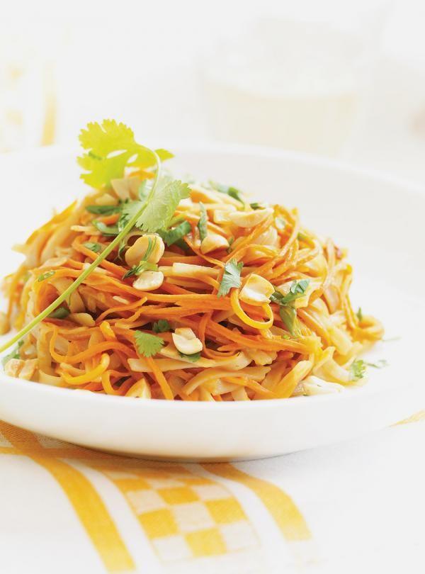 Recette de pâtes alimentaires inspirée de l'Asie. Avec des carottes, des arachides, du sambal oelek. Recette provenant de la cuisine asiatique.