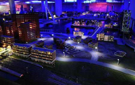 In Miniworld Rotterdam duurt een dag maar 24 minuten. Voor je het weet wordt het nacht en twinkelen duizenden lampjes in het donker.