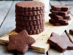 Шоколадное сахарное печенье | Вы уже знаете, что я люблю печенье как десерт, потому что он удобный, быстро готовится и долго хранится. Поэтому вот ещё один интересный рецепт сахарного шоколадного печенья.  Отдельный плюс — если готовить всё так, как я пишу — оно будет держать форму и не расплывется в духовке. То есть то, что вы вырезали, то и получите на выходе.