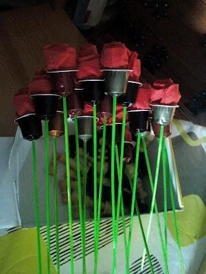 Roses amb càpsules de café i un tovalló de paper vermell