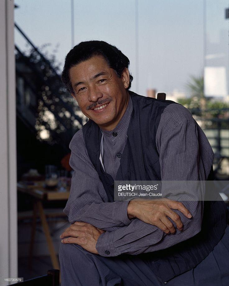 Issey Miyake, Japanese Couturier. Portrait en extérieur d' Issey MIYAKE, en chemise sans col et petit gilet.