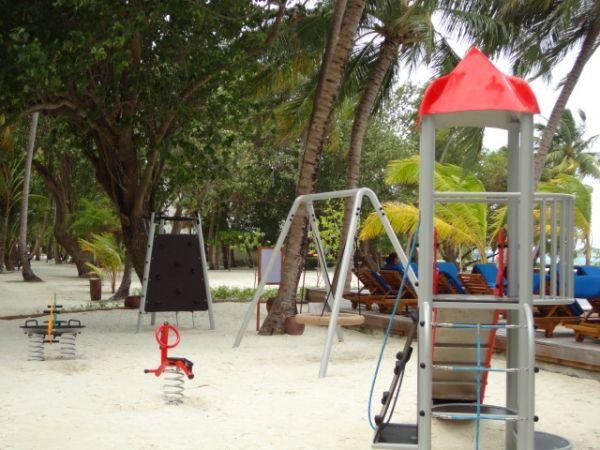 Konik Polny na hotelowym placu zabaw w Malediwach