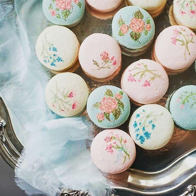 Such fabulously decorative macarons #weddinginspo #huntthatwedding #weddingfood #emmahuntlondon #handpainted  #Repost @weddingchicks ・・・ Wedding Inspiration from EmmaHuntLondon X