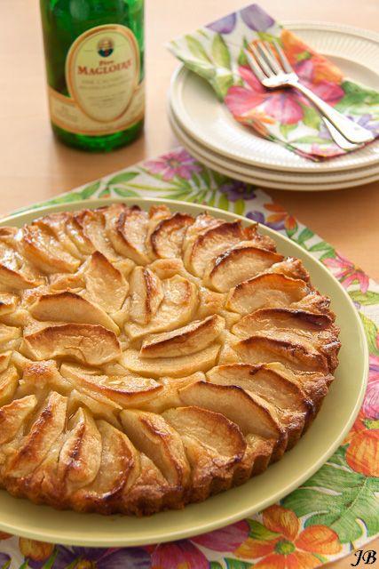 Ingrediënten voor de Bretonse koek:- 260 g bloem- mespuntje zout- 1 tl bakpoeder- 120 g witte basterdsuiker- 160 g boter- ½ ei- 1 citroen, de geraspte schil Vulling:- 3 appels, Jonagold- 50 g suiker G