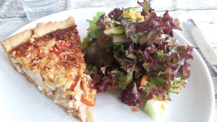 Kip saté quiche met een salade.
