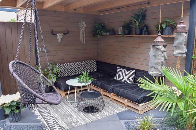 loungehoek van pallets en kussens