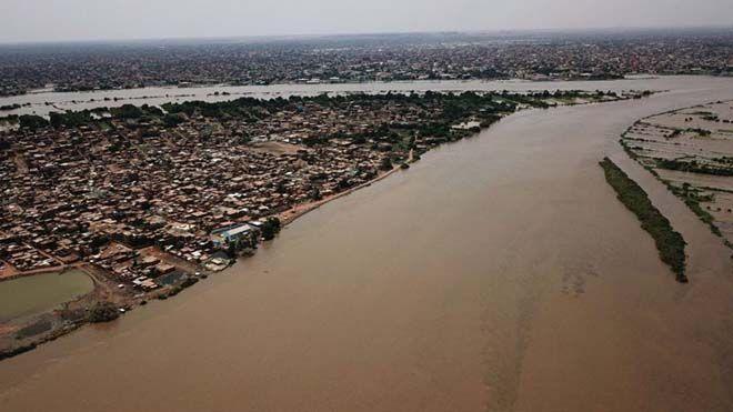شردتهم فيضانات قياسية عشرات الآلاف من السودانيين يتنظرون المساعدات تعكف السلطات تحقيق تقرير السودان فيضانات Www Alayyam In In 2020 Outdoor Flood United Nations