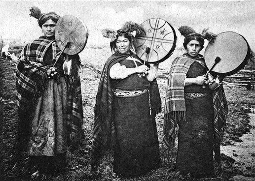 Cultura  Mapuche - Chamanas mapuches con tambores ceremoniales, cultrún.