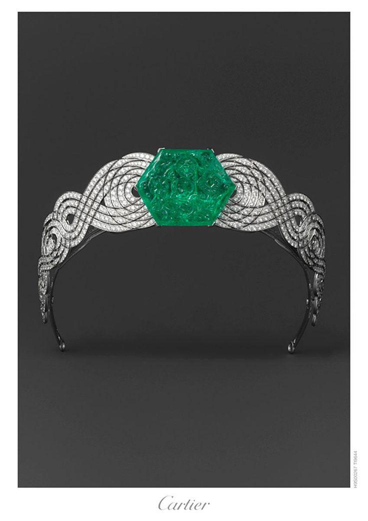 Tiara en platino con diamantes en corte redondo, más una esmeralda natural en corte hexagonal, tallada en estilo floral Mughal.