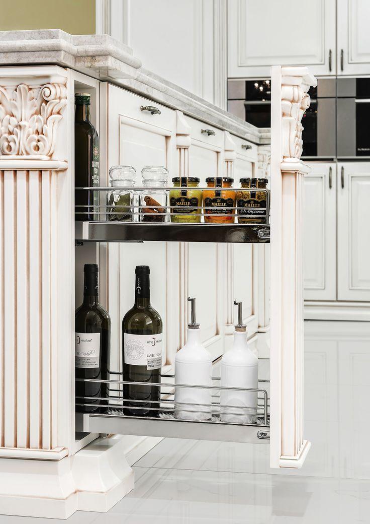 Elegantní rustikální kuchyně Royal je vskutku noblesní. Šikovně skryté jsou v kuchyni i výsuvné vnitřní poličky v dekorativních sloupcích.