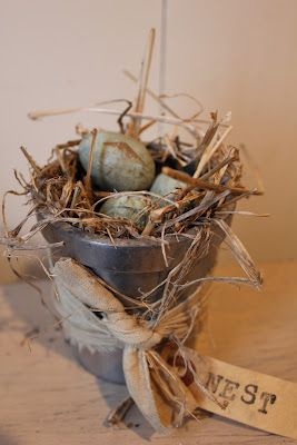 Cute little nest.  Lots of country decorating here....nice!