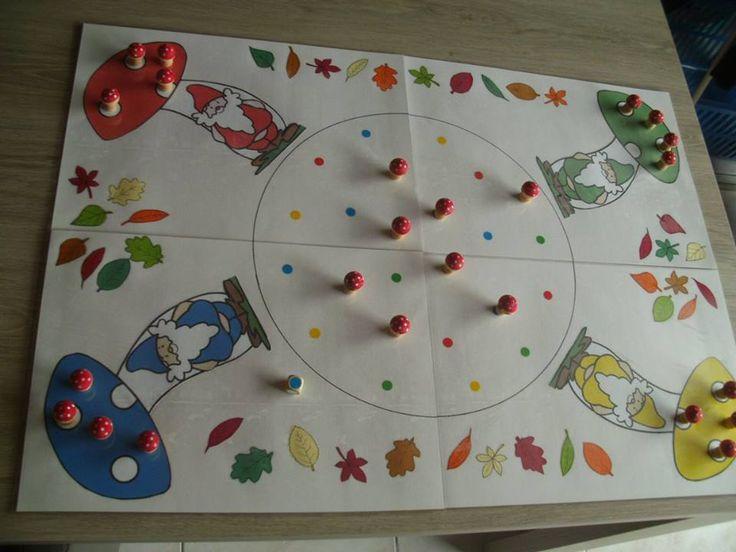 Kabouterspel (gebasseerd op spel van janbibeban): kleuters/peuters gooien met de kleurendobbelsteen en plaatsen hem op de stip in het midden OF zet alle paddenstoeltjes op de gekleurde vakjes. Zo wordt het een memoryspel. Probeer te onthouden welke kleur onder de paddenstoeltjes zit.