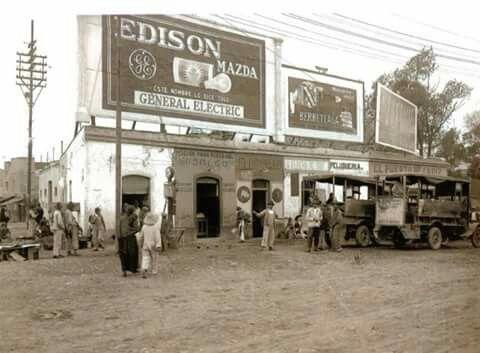 Calzada de los Misterios y Calzada de la Ronda, Ciudad de México, con una vista de los Anuncios Espectaculares,en el año de 1926.
