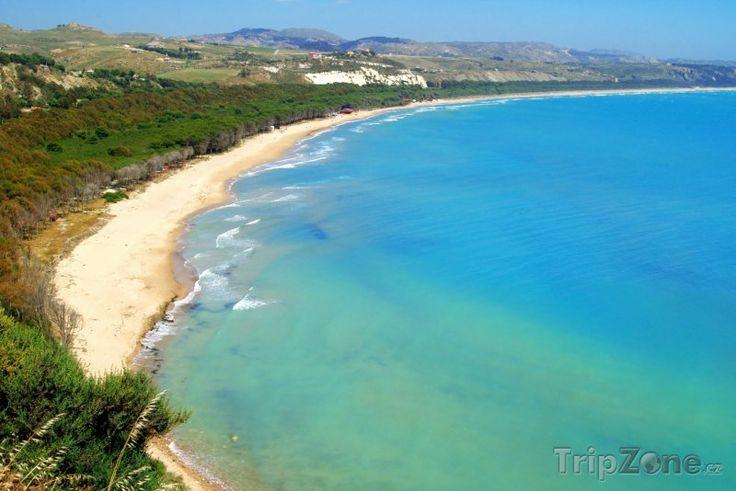 Pláž poblíž Cattolica Eraclea (Sicílie, Itálie)