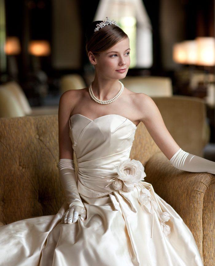 トップス・プリーツの美しいシルクサテンドレス。花嫁らしい清楚な美しさを感じさせるウェディングドレス。 http://www.laconcha.jp/product/item/obs-013/