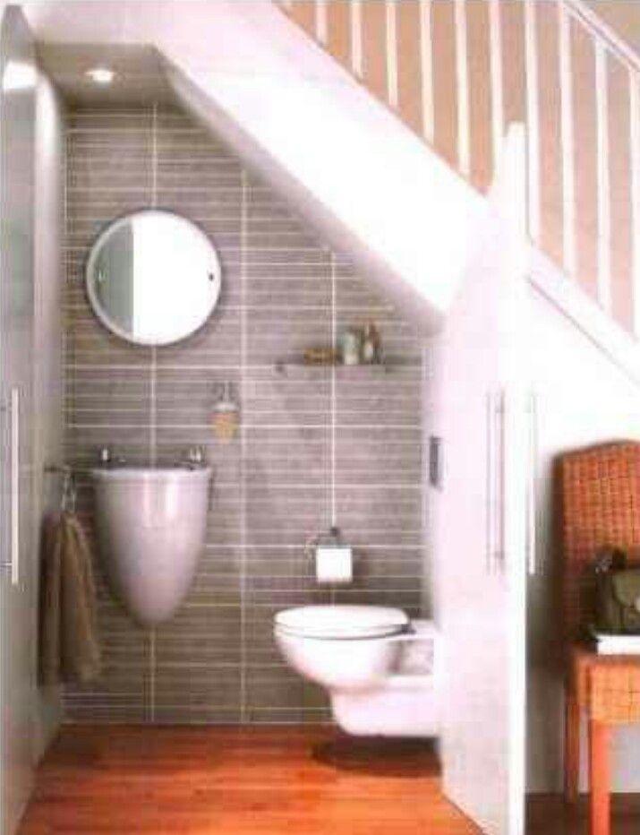 Baño bajo la escalera.