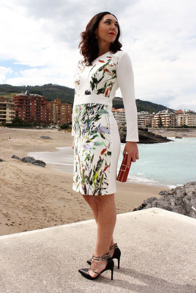 Invitada con vestido estampado de Maria Jose Suarez 2016, tacones con pulsera negros y clutch rojo