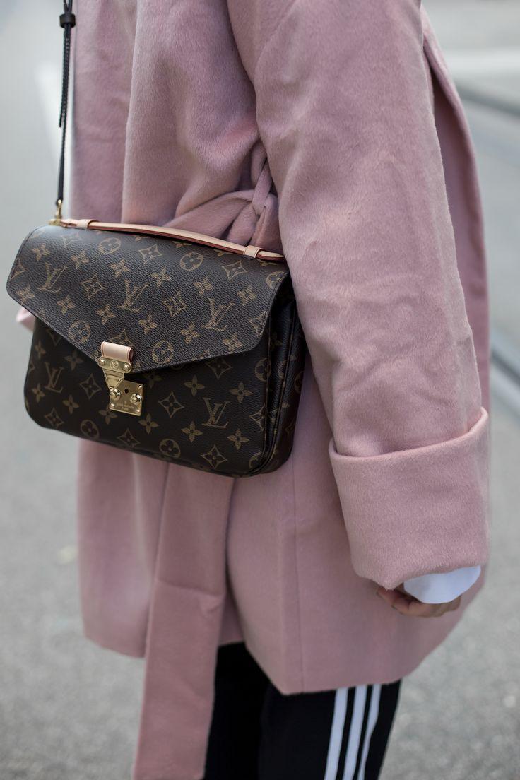 Da der rosane Mantel sehr feminin und kindlich wirkt, entschloss ich mich für eine sportliche Adidas Hose, um einen typischen Sandra Stilbruch zu kreieren. Durch meine Miu Miu Ballerina habe ich allerdings etwas kindliches wieder hinzu gegeben.