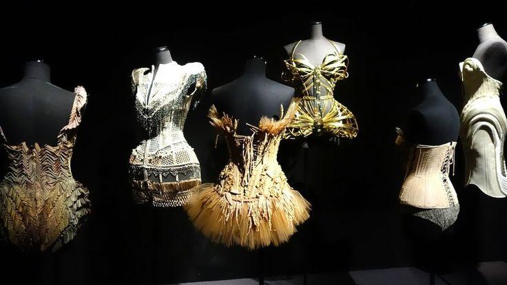 Entre haute-couture et prêt à porter, 4 décennies de travail du créateur français Jean Paul Gauthier sont exposées au Grand Palais.