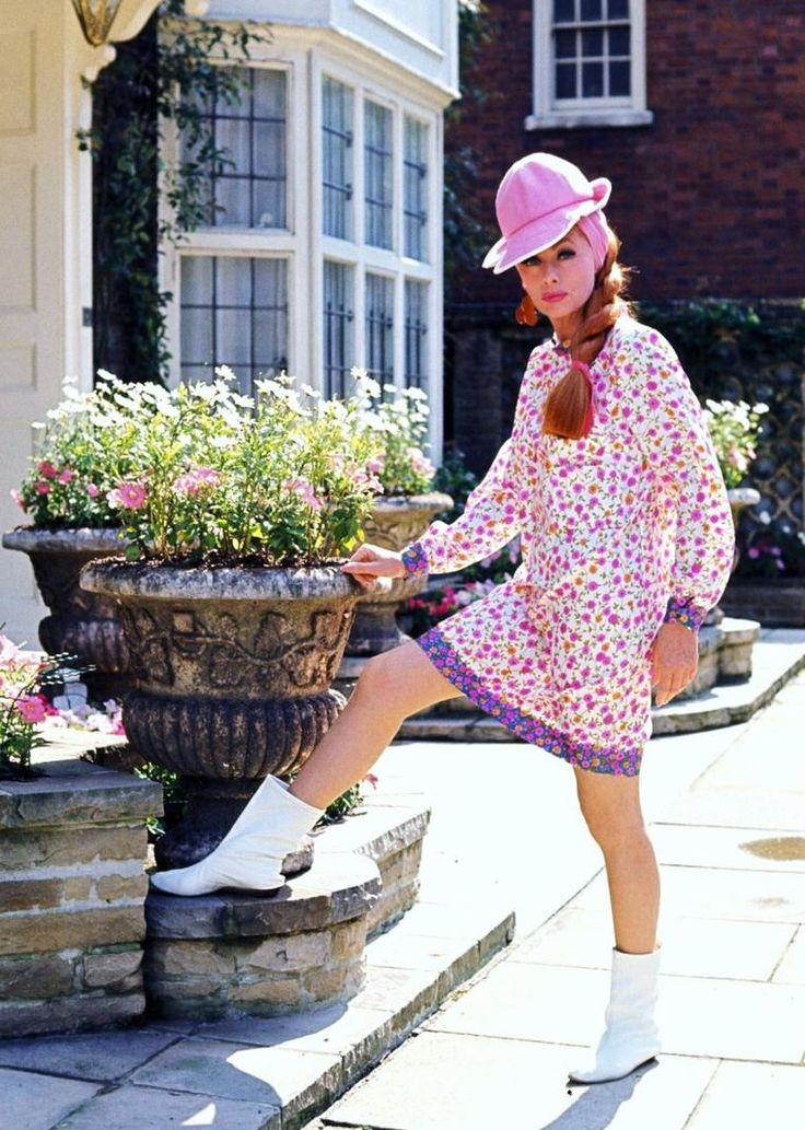 """COMEDY / 1966 / Lucille BALL joue dans un film T.V. comique : """"Lucy in London""""..."""