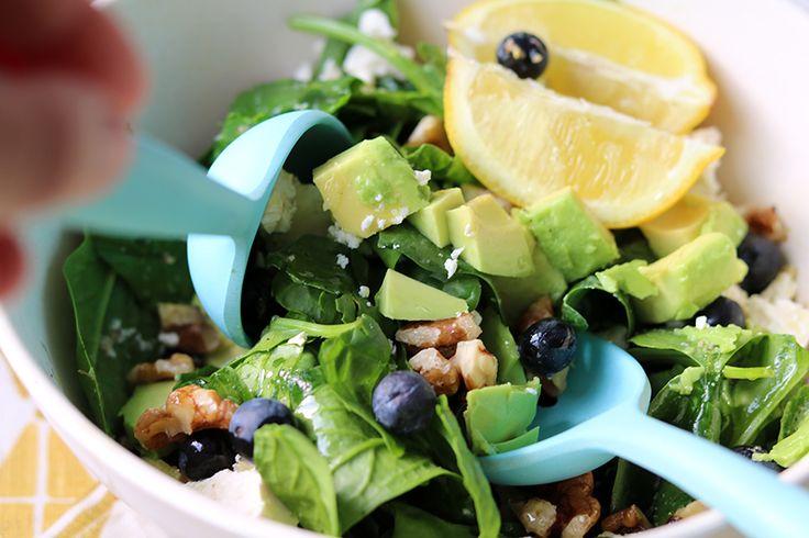 Recept: Spinaziesalade met blauwe bessen en feta