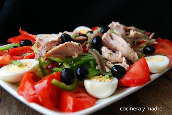 Ensalada Nicoise, una ensalada fresca con verduras crudas o crudites, de lo más sabrosa y completa, que podrás preparar de forma sencilla y en un momento.