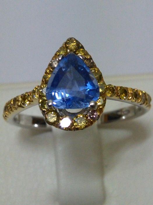 18 kt gouden ring met een natuurlijke saffier en fancy gele diamanten voor 1.91 ct geen MINIMUMVERKOOPPRIJS  In zwang en moderne design met nog steeds het behoud van een klassieke lookElegante en verfijnde 18 kt wit goud ring 750/1000Sapphire voor 1.31 ctKnippen: druppelKleur: Korenbloem blauwOorsprong: vermoedelijk CeylonFlitsende levendige edelsteen met geen insluitingenPrachtige verzadiging en transparantieTer verbetering van de saffier aan beide zijden van de schachtvoor zover het oog…