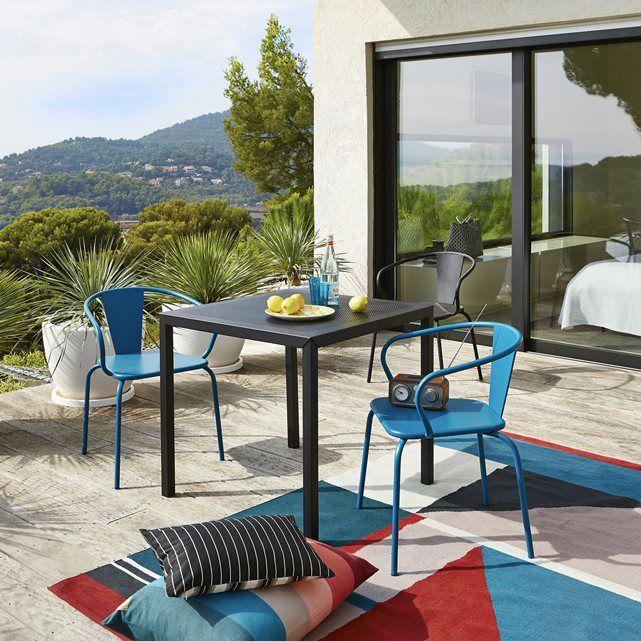 Accueillant et confortable, ce fauteuil s'empile pour un rangement facilité.
