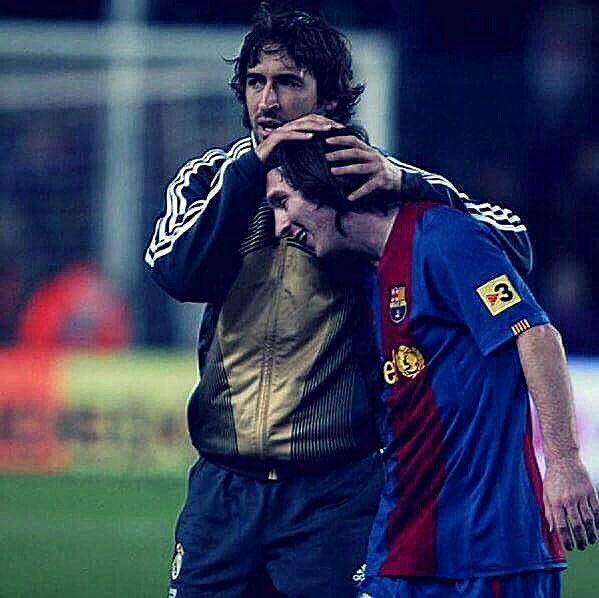 Hoy se cumplen 11 años de esta imagen. El histórico Raúl felicita a un chico de 19 años que acaba de anotar su primer hattrick en Liga, y contra el Real Madrid. Lionel Andrés Messi. Hoy, 11 años después, es el máximo goleador en la historia del clásico, con 25 goles.