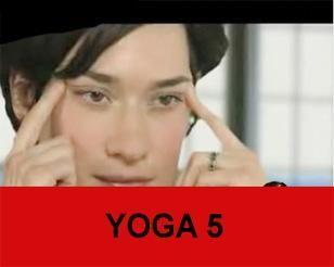 YOGA 3 Bir kaşığı şekilde gibi ağzınıza koyarak yukarı kaldırın. 10 saniye bekleyin. Bu hareketi de günde 3 kez uygularsanız yüz kaslarınızdaki sarkmaları önlemiş olacaksınız. Güzellik Yogası yalnızca yüz hareketlerinden mi ibaret? Güzellik Yogası nefes, doğru beslenme ve doğru egzersizi kapsar. Öncelikle diyaframdan nefes almayı öğrenmemiz lazım ki yüzümüz oksijen alabilsin. Doğru ezgersizden kastım ise yüz hareketleri, sağlık hareketleri ve estetik hareketler... Bunlar arasında en önemli…