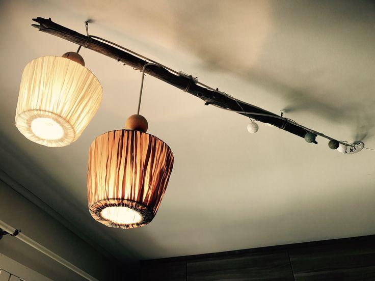 Kjøkkenlamper av trestokk, lampeledning fra IKEA, panduro-kuler og en billig lampeskjerm