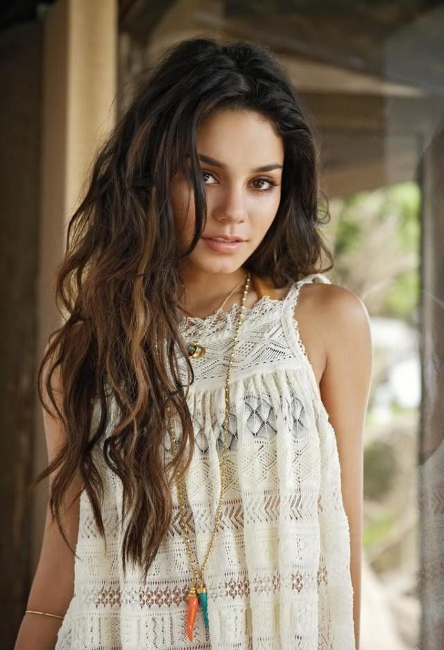 Boho-Frisur und Accessoires im Sommer-gewellte lange Haare