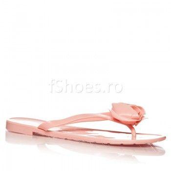 Fabricati in totalitate din cauciuc, papucii Sweet – Roz sunt flexibili si va protejeaza picioarele, fara a le obosi. Designul nou al acestor papuci va va aduce in centrul atentiei celor din jur.