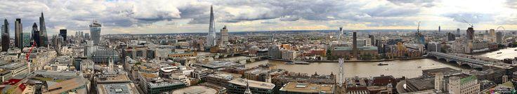 Panoramic London - Hoy traigo otra de esas panorámicas que tanto me gustan, esta vez, tomada desde la St Paul's Cathedral de Londres. En ella se puede ver, parte del Skyline de Londres, marcado por algunas de sus construcciones más famosas, como el London Eye, el Tower Bridge o el Shard, el rascacielos más alto de la Unión Europea.  Esta imagen se formo a partir de cinco fotografías, sacadas el día 19 de Septiembre de 2013, con una Canon EOS 550D a 21mm, ISO200, 1/400s y f/4  Esta fotografía…