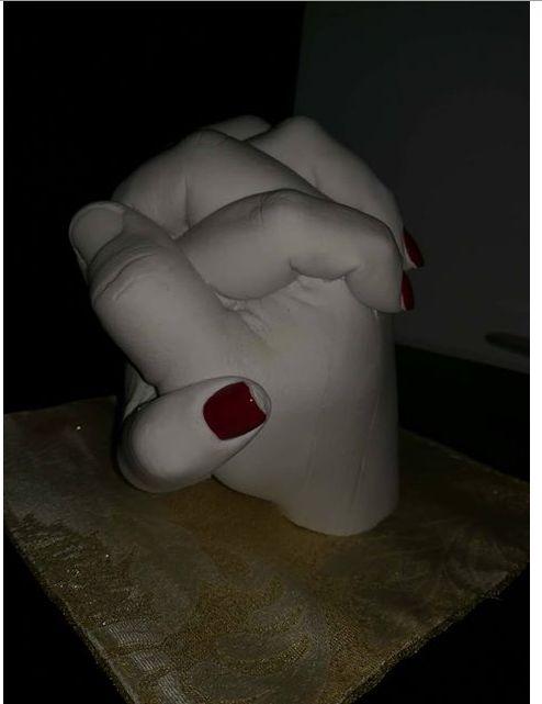 Complimenti ad un nostro cliente, primo lavoro perfettamente riuscito. Calco di mani intrecciate eseguito con alginato e gesso per calchi.
