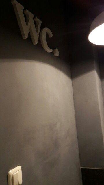 Toilet, muur bewerkt met betonverf