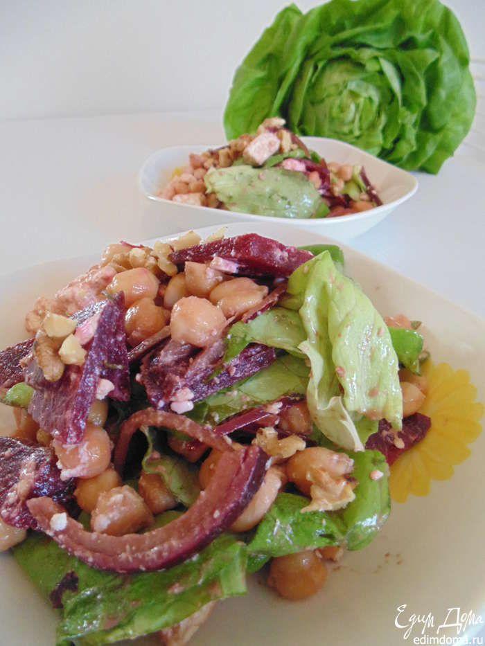 Собираем салат: в салатник положить салат, свеклу, фету, нут, лук, полить заправкой, посолить, поперчить, перемешать. Посыпать грецкими орехами. Красивый и полезный салат готов! Приятного аппетита!!!